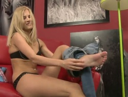 Blonde Silvia Saint can not live a day without masturbating